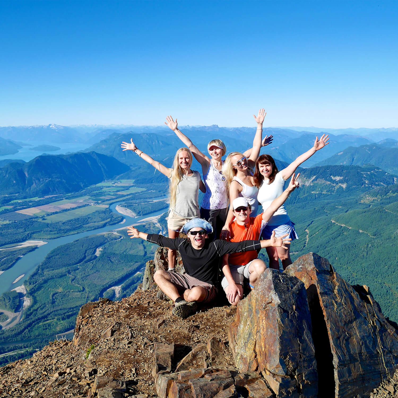 Grupa ludzi na szczycie góry