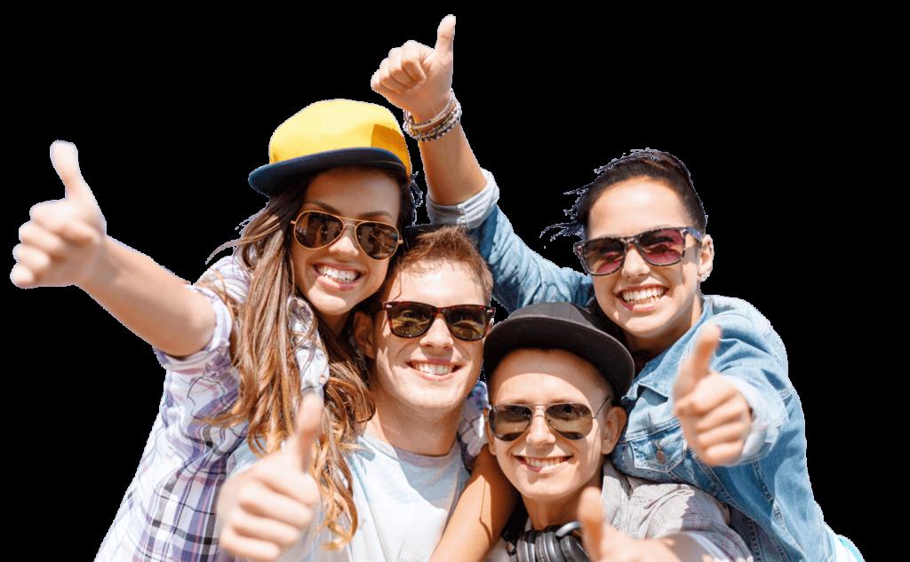 Młodzi ludzie uśmiechają się i podnosż do góry kciuki