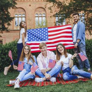 Grupa studentów na tle flagi USA