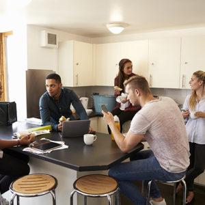 Grupa studentów w kuchni