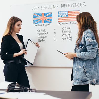Nauczycielka i uczennica przed tablicą